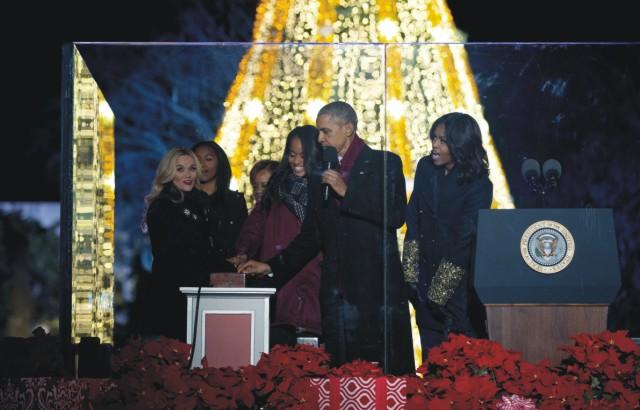 Prezident v sprievode manželky Michelle, dcér Malie a Sashi a svokry Mariany Robinsonovej, spoločne rozsvietilil vianočný stromček pri Bielom dome