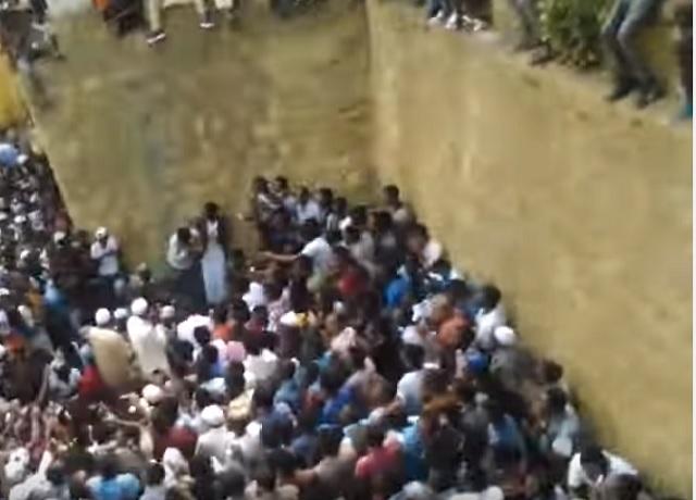 Na snímke z videa účastníci slávnosti v mešite tesne pred výbuchom granátu