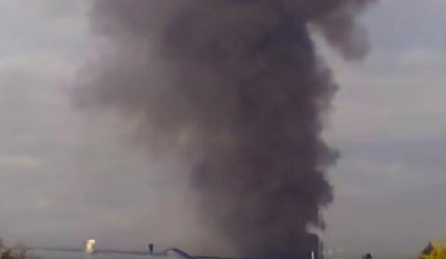 Na snímke dym stúpa počas požiaru