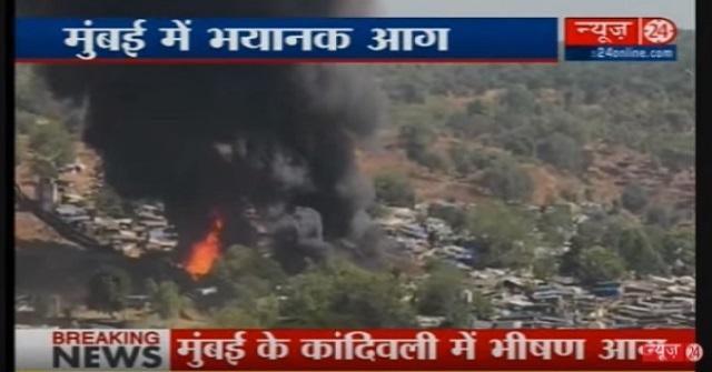 Na snímke z videa indickej televízie požiar a výbuchu v slume