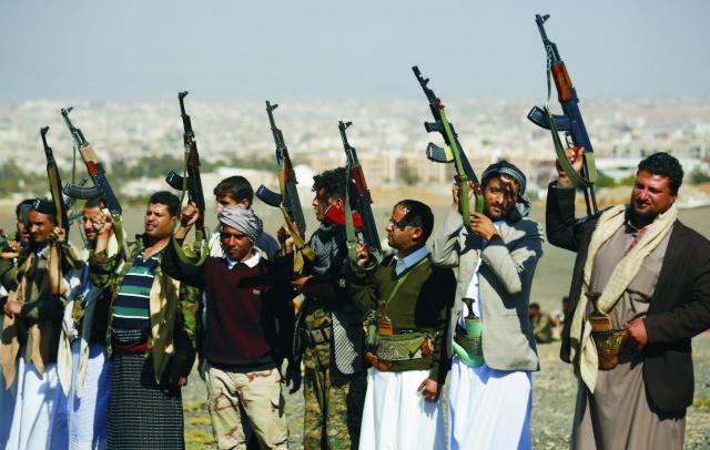Šiitskí povstalci, tzv. húsíovia držia zbrane počas zhromaždenia na vyjdrenie podpory svojmu hnutiu.Prímerie v Jemene vstúpilo do platnosti zároveň so začiatkom mierových rozhovorov vo Švajčiarsku. Už v pondelok ho avizovala koalícia vedená Saudskou Arábiou. Cieľom mierových rozhovorov pod záštitou OSN je ukončenie bojov, ktoré si vyžiadali za sedem mesiacov takmer 6000 životov