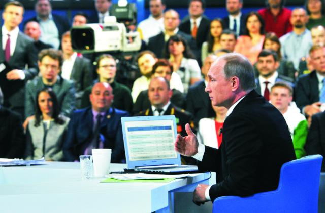Na snímke v popredí Vladimir Putin