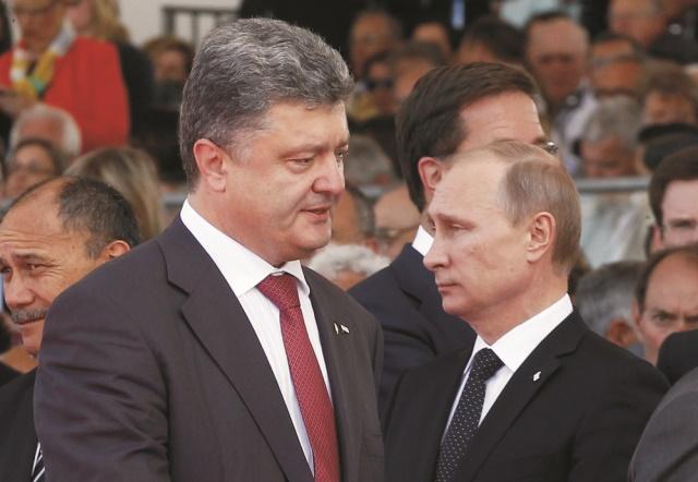 Na archívnej snímke vľavo Petro Porošenko a Vladimir Putin