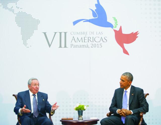 Americký prezident Barack Obama (vpravo) sa rozpráva so svojím kubánskym partnerom Raúlom Castrom