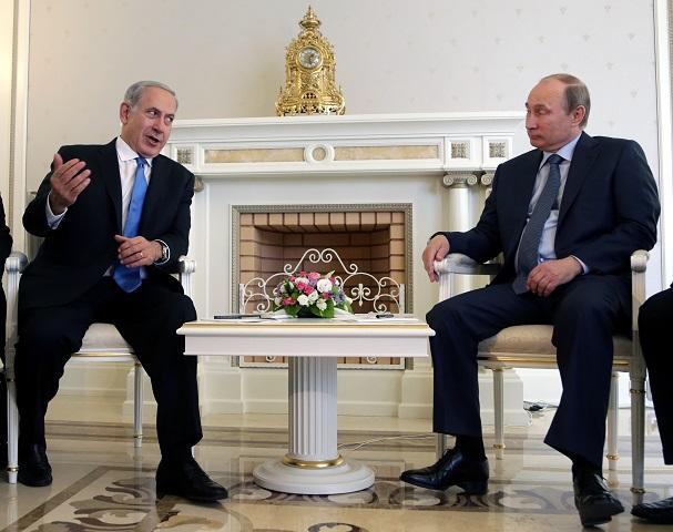 Na snímke ruský prezident Vladimir Putin (vpravo) počúva izraelského premiéra Benjamina Netanjahua