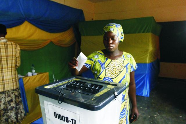 Rwandská žena hlasuje vo volebnej miesntosti