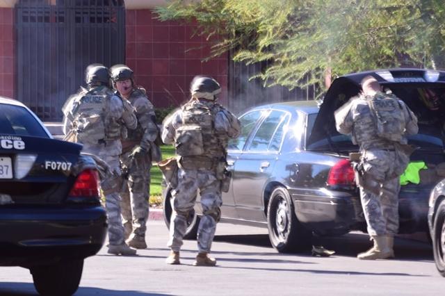Na snímke členovia policajnej jednotky SWAT prichádzajú na miesto streľby