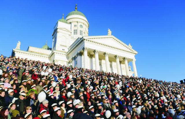 Viac ako 1000 ľudí stojí na schodoch pred helsinskou katedrálou a spieva hymnu Finlandia pri príležitosti 150. výročia narodenia autora tejto hymnickej piesne, skladateľa Jeana Sibelia v Helsinkách 8. decembra 2015. Jean Sibelius, ktorý zomrel v roku 1957, sa narodil v čase, keď bolo Fínsko súčasťou cárskeho Ruska. Jeho hudba hrala významnú úlohu v objavovaní národnej identity krajiny. Predtým totiž bolo Fínsko 700 rokov pod nadvládou susedného Švédska