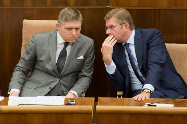 Na snímke predseda vlády SR Robert Fico a minister životného prostredia Peter Žiga (vpravo)