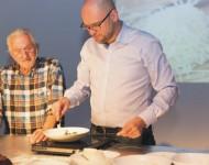 Na snímke vľavo Pavel Pospíšil a Richard Sulík počas kulinárského varenia