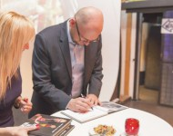 Na snímke Richard Sulík počas autogramiády pokrstenej knihy