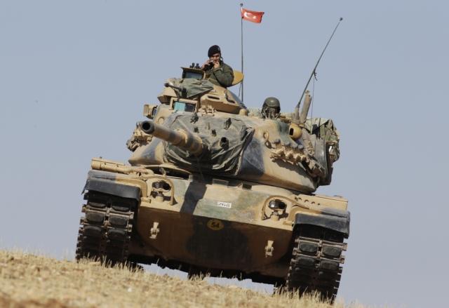 Tureckí vojaci sedia na tureckom tanku. Ilustračné foto