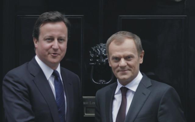 Na archívnej snímke David Cameron (vľavo) Donald Tusk