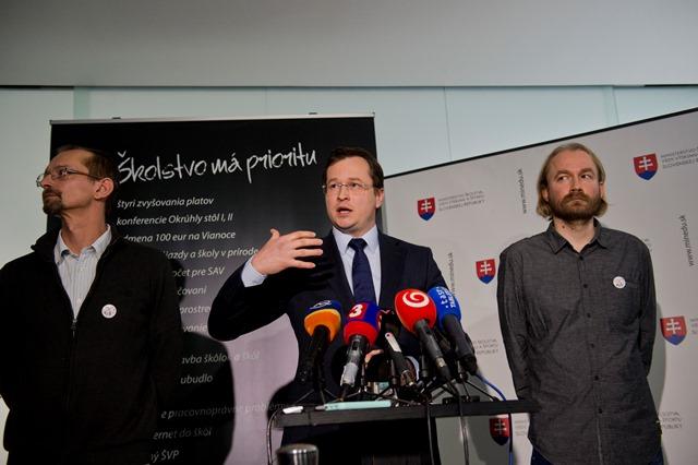 Na snímke vpravo Vladimír Crmoman z Iniciatívy slovenských učiteľov (ISU) a minister školstva, vedy, výskumu a športu SR Juraj Draxler
