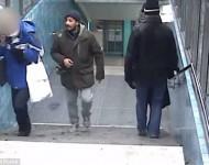 Na snímke muž ide po schodoch okolo staršej pani, ktorá prevzala prichádzajúci hovor