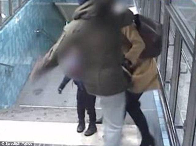 Na snímke z videa muž útočí na ženu, ktorá mu prekazila krádež