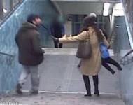 Na snímke muž pľuje na ženu, pretože mu prekazila krádež