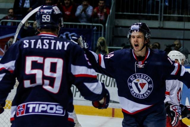 Na snímke zľava Andrej Šťastný a Žiga Jeglič (obaja Slovan)