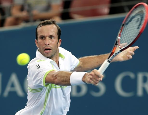 Na snímke český tenista Radek Stěpánek odvracia loptičku Srbovi Dušanovi Lajovičovi v prvom kole tenisového turnaja ATP v austrálskom Brisbane