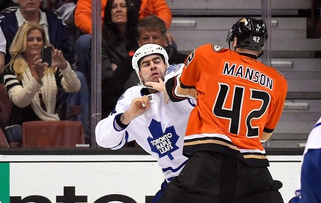 Roman Polák (vľavo) z Toronta Maple a Josh Manson z Anaheimu Ducks sa bijú počas zápasu zámorskej NHL