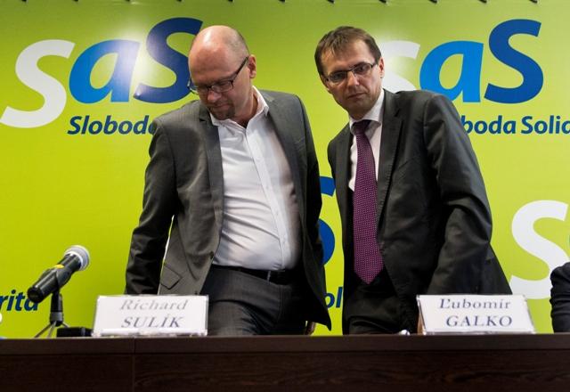 Na snímke vľavo predseda politickej strany Sloboda a solidarita (SaS) Richard Sulík a podpredseda strany Ľubomír Galko