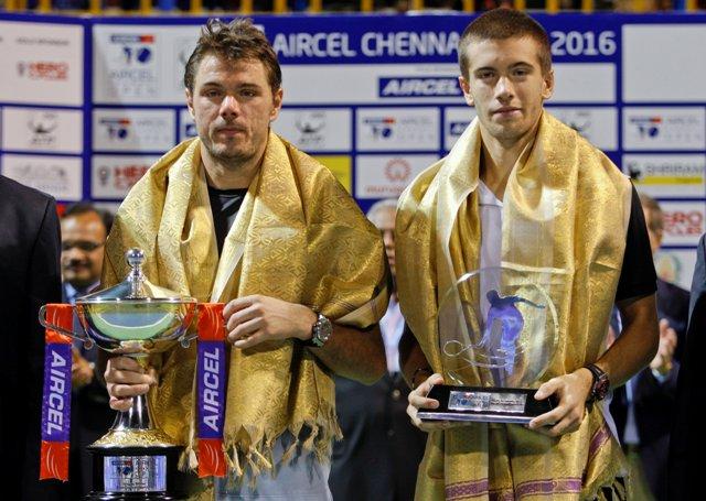 Švajčiar Stanislas Wawrinka (vľavo) a jeho porazený finálový súper Chorvát Boran Čorič s trofejami na tenisovom turnaji ATP v indickom Chennai