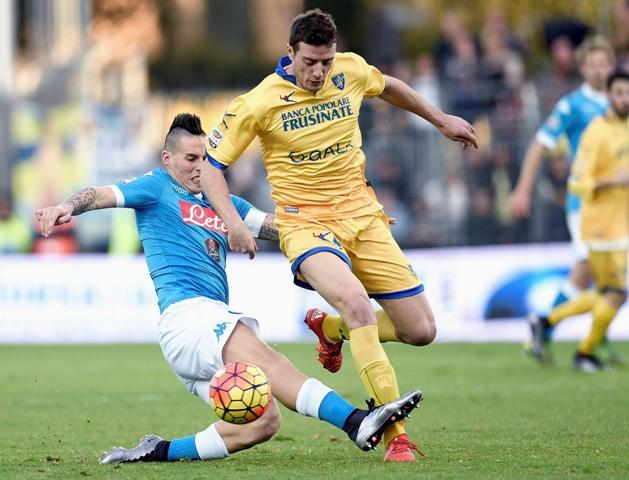 Na snímke vľavo Marek Hamšík z SSC Neapol a Daniel Ciofani z Frosinone v zápase 19. kola talianskej futbalovej Serie A Frosinone - SSC Neapol vo Frosinone