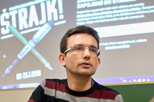 Na snímke Viktor Križo prečítal výzvu