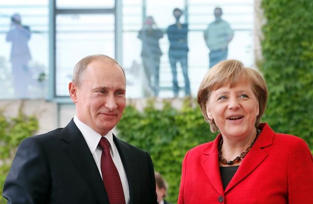 Na snímke nemecká kancelárka Angela Merkelová (vpravo)  a ruský prezident Vladimir Putin