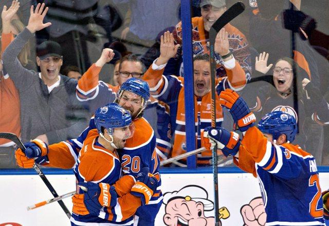 Na ilustračnej snímke hráči Edmonton Oilers' Jordan Eberle (14), Luke Gazdic (20) a Matt Hendricks (23)