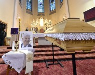 Na snímke telesné pozostatky zosnulého Antona Srholca sú vystavené počas poslednej rozlúčky v Kostole Nanebovzatia Panny Márie 12. januára 2016 v Bratislave