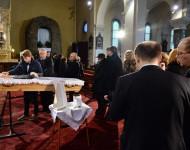 Na snímke prítomní počas poslednej rozlúčky s kňazom, saleziánom a charitatívnym pracovníkom Antonom Srholcom v Kostole Nanebovzatia Panny Márie 12. januára 2016 v Bratislave