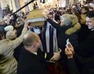 Na snímke telesné pozostatky zosnulého kňaza, saleziána a charitatívneho pracovníka Antona Srholca vynášajú po zádušnej omši z Kostola Nanebovzatia Panny Márie 12. januára 2016 v Bratislave