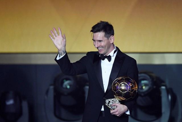 Argentínsky futbalista Lionel Messi pózuje s ocenením Zlatá lopta FIFA pre futbalistu roka 2015 počas slávnostného galavečera ocenení Zlatá lopta FIFA za rok 2015 v Zürichu