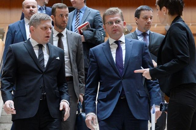 Na snímke zľava predseda vlády SR Robert Fico, riaditeľ Vodohospodárskej výstavby Ladislav Lazár a minister životného prostredia Peter Žiga