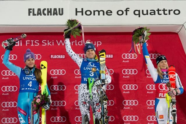 Na snímke slovenská reprezentantka v alpskom lyžovaní Veronika Velez - Zuzulová (uprostred) sa teší na pódiu po víťazstve v nočnom slalome žien Svetového pohára v rakúskom Flachau v utorok 12. januára 2016. Druhá skončila Češka Šárka Strachová (vľavo). Tretia bola líderka priebežného poradia slalomu Švédka Frida Hansdotterová