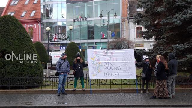 Protestujúci hnali zástupcov spoločnosti, ktorá chce ťažiť bridlicový plyn na východe Slovenska