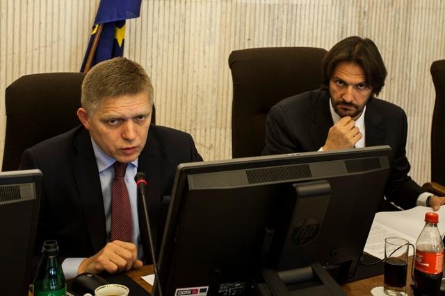Na snímke vľavo predseda vlády SR Robert Fico a vpravo minister vnútra SR Robert Kaliňák