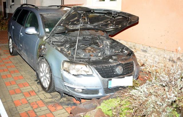 Na snímke motorové vozidlo Volkswagen Passat po požiari