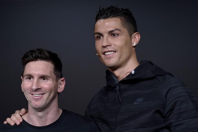 Na snímke argentínsky futbalista Lionel Messi (vľavo) a  portugalský futbalista Cristiano Ronaldo