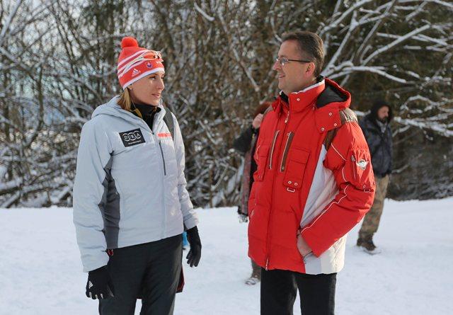 Na snímke vľavo slovenská biatlonistka Anastasia Kuzminová a vpravo minister obrany SR Martin Glváčpočas otvorenia novej biatlonovej strelnice v lyžiarskom areáli v Králikoch neďaleko Banskej Bystrice