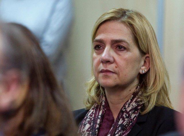 Na snímke španielska princezná Cristina počúva počas pojednávania  na súde v meste Palma de Mallorca