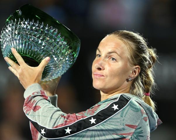 Ruská tenistka Svetlana Kuznecovová s trofejou po výhre nad Portoričankou Monicou Puigovou vo  finále dvojhry žien na turnaji WTA v Sydney