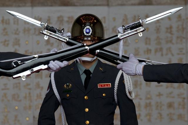 Na ilustračnej snímke výmena čestnej stráže pred pamätnou sieňou bývalého prezidenta Číny generalissima Čankajšeka v taiwanskom meste Tchaj-pej