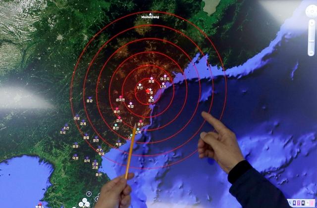 Úradníci z Kórejského meteorologického ústavu Národného vulkanického centra ukazujú na epicentrum seizmických vĺn v Severnej Kórei, v sídle Národného vulkanického centra v Soule 6. januára 2016. Charakter a lokácia seizmickej aktivity zaznamenanej v Severnej Kórei zodpovedajú predchádzajúcim jadrovým skúškam Pchjongjangu. Uviedli to nemenovaní predstavitelia americkej vlády