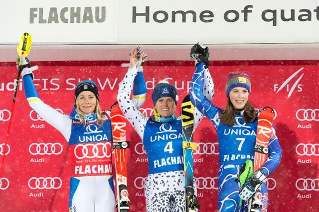 Na snímke slovenská reprezentantka v alpskom lyžovaní Veronika Velez - Zuzulová (uprostred) sa teší na pódiu po víťazstve nočného slalomu žien Svetového pohára v rakúskom Flachau v piatok 15. januára 2016. Druhá skončila Švédka Frida Hansdotterová (vľavo). Slovenka Petra Vlhová (vpravo) obsadila tretiu priečku a prvýkrát v histórii sa tak ocitli na pódiu dve slovenské reprezentanky