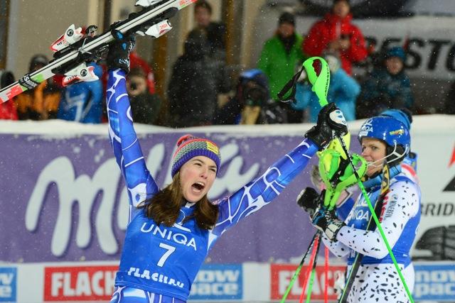 Na snímke slovenská reprezentantka v alpskom lyžovaní Petra Vlhová (vľavo) sa teší zo zisku tretieho miesta v nočnom slalome žien Svetového pohára v rakúskom Flachau