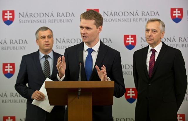 Na snímke zľava podpredseda KDH Pavol Zajac, podpredseda strany a odborník pre ekonomiku Miloš Moravčík a predseda KDH Ján Figeľ