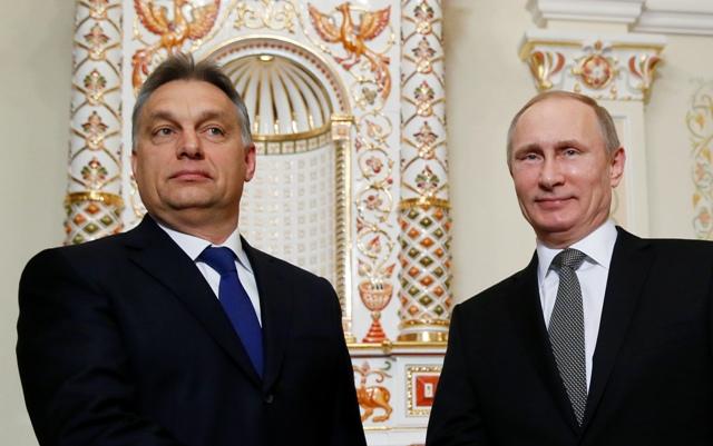 Na snímke ruský prezident Vladimir Putin (vpravo) pózuje s maďarským premiérom Viktorom Orbánom