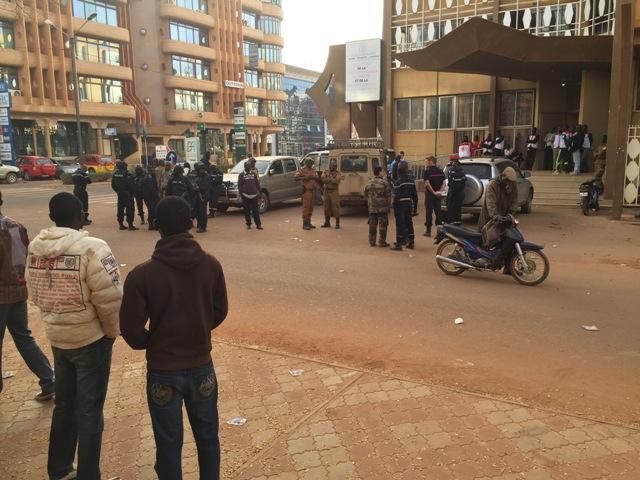 Príslušníci  bezpečnostných síl sa zhromažďujú pri hoteli Splendid v Ouagadougou, v Burkina Faso
